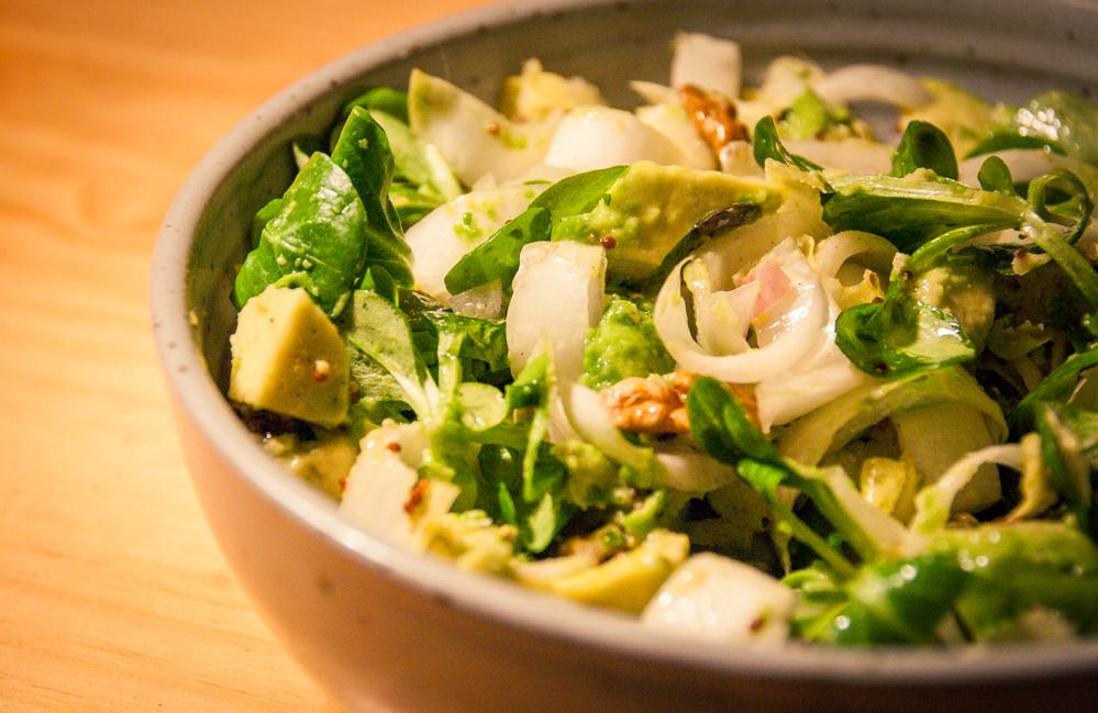 Salade endive mâche avocat aux dés de fromage végane