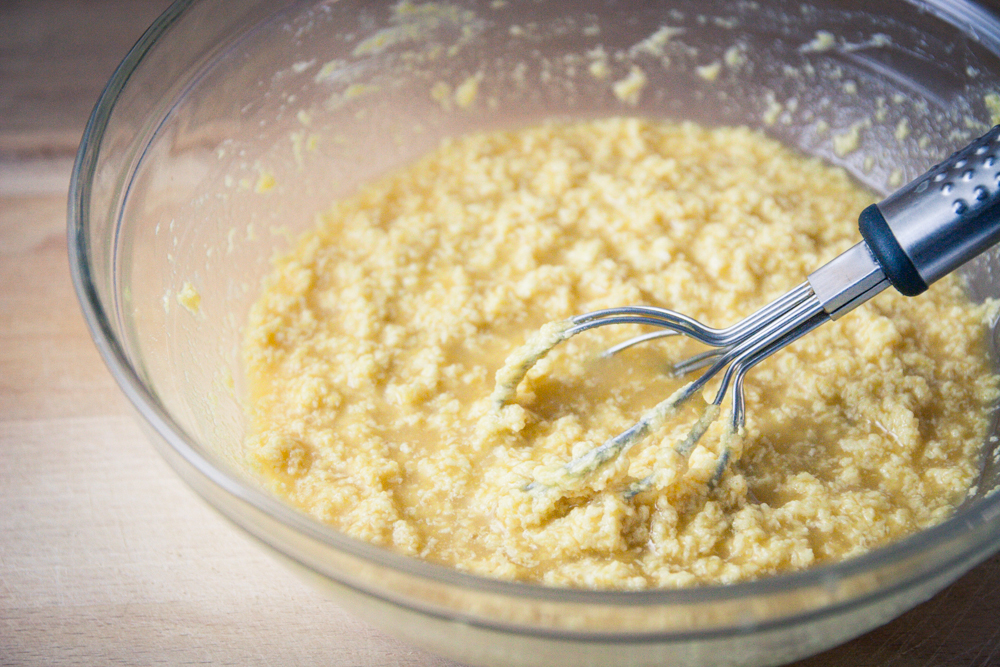 Ajouter la farine de lupin, l'eau et l'eau de fleur d'oranger - recette biscuits véganes