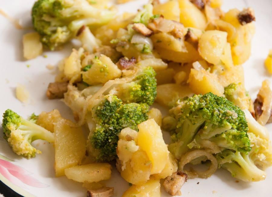 Poêlée de pommes de terre et brocoli au tofu fumé