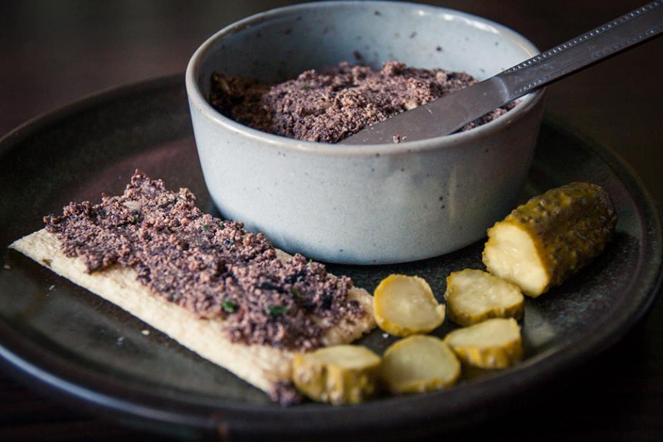 Pâté végane aux olives et tofu fumé